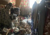 В Омске уборщики по суду очистили муниципальную квартиру от гор мусора