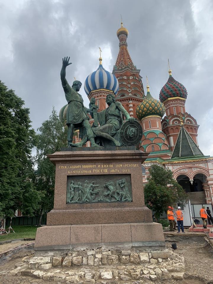 «Нога распухла вдвое»: памятник Минину и Пожарскому начали реставрировать