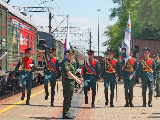 Полюбоваться эшелоном, символизирующим единство армии и народа, пришло несколько сотен горожан, включая школьников и пенсионеров