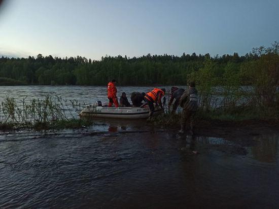 Троих человек эвакуировали из застрявшего в реке грузовика в Забайкалье