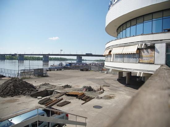Барнаульцы приняли ремонт аварийного крыльца за снос Речного вокзала