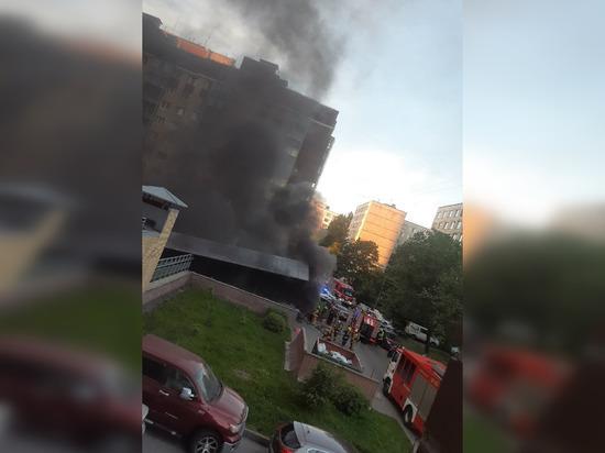 Пожар уничтожил четыре машины на проспекте Большевиков