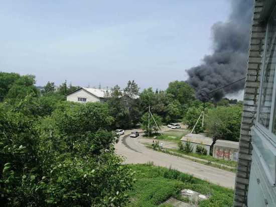 Человек пострадал при сильном пожаре в автосервисе Хабаровска