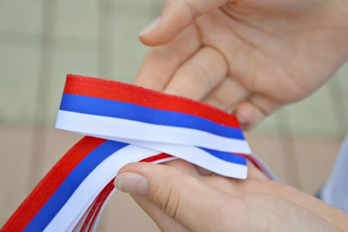 Сегодня и завтра волонтеры будут раздавать костромичам ленточки-триколоры ко Дню России