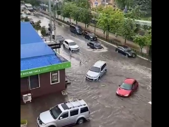 В Калуге ливнями затоплены дороги, дворы и подъезды