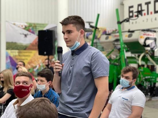 Вячеслав Гладков предложил белгородскому студенту прожить день в его режиме