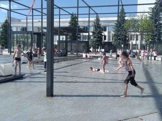 Жители Ижевска устроили общественную помывочную в фонтанах Центральной площади