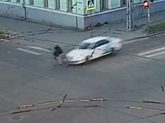 Двух велосипедистов на одном велосипеде протаранила легковушка в Петрозаводске