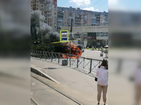 Очевидцы сняли на видео горящий у станции метро «Беговая» автобус