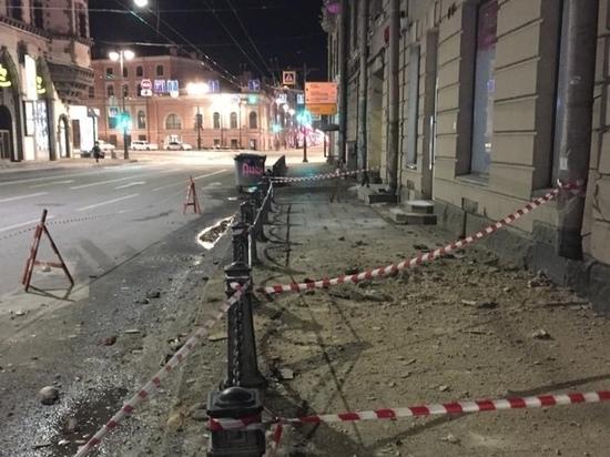 Лишенный внимания властей Петербург пытается достучаться до людей, обрушивая на их головы штукатурку и лепнину
