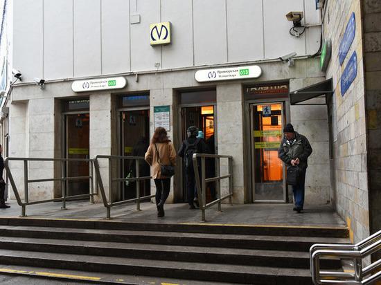 Женщина упала на рельсы на станции метро «Приморская»