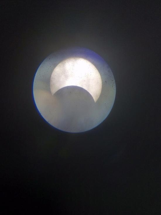 Появились первые снимки солнечного затмения в Красноярске