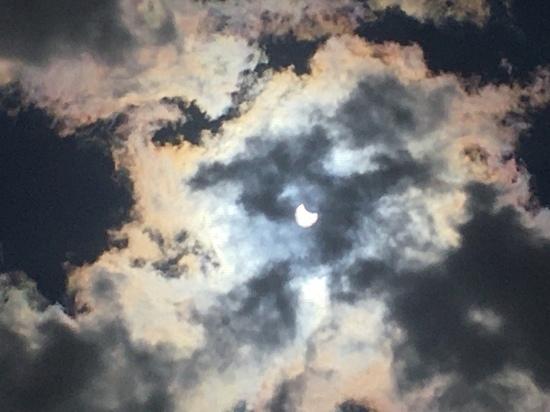 Жители Петербурга поделились фото кольцевого солнечного затмения