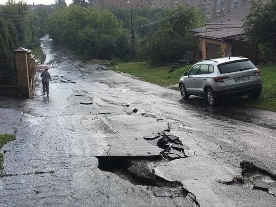 В Губкине после ливня провалился асфальт на дорогах и затопило улицы