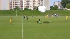 Парашютист получил желтую карточку за приземление на футбольное поле: кадры матча
