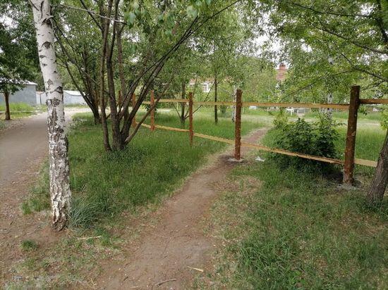 В омском сквере Молодоженов завершилась установка забора участка под церковь