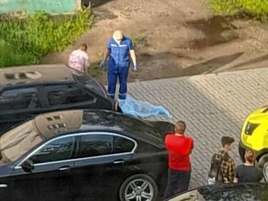 В Смоленске при падении с многоэтажного дома погиб несовершеннолетний юноша