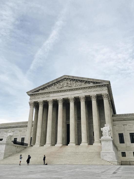 Верховный суд: защита от депортации и легализация — разные вещи