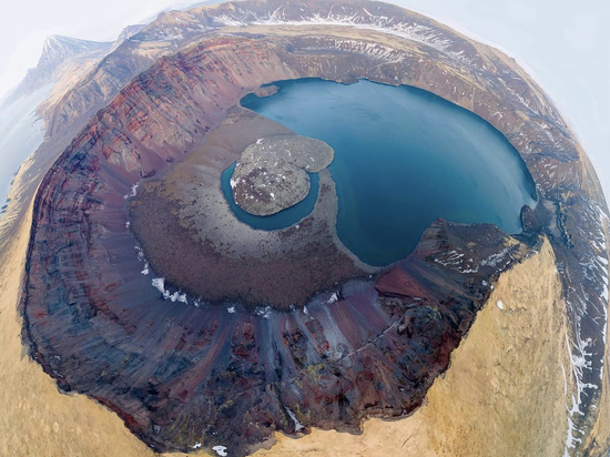 Сахалинка сфотографировала кальдеру вулкана на Курилах