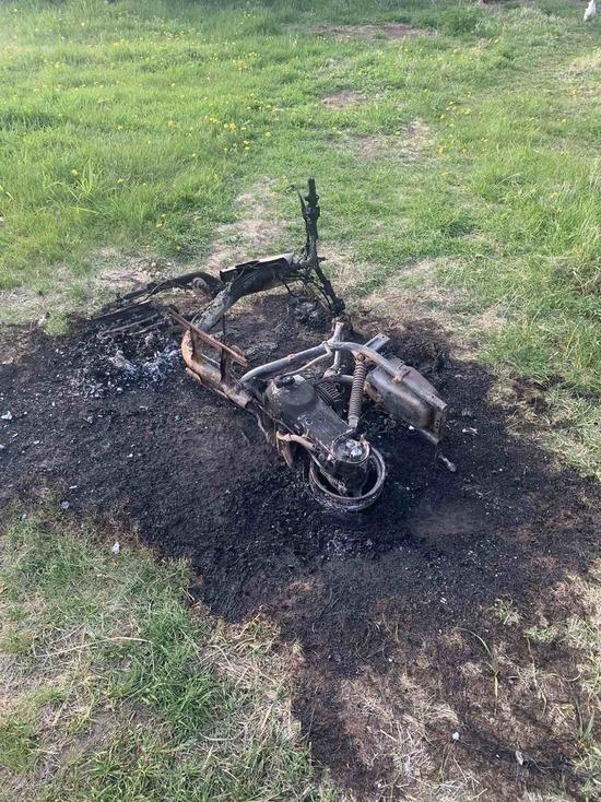 В Бурятии отец подростка «дотла» сжег мопед после ДТП с пострадавшими