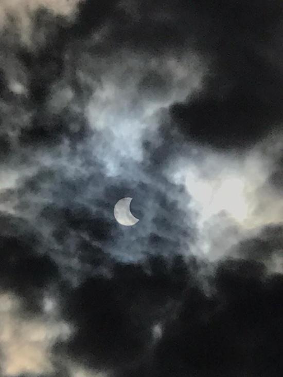 Кемеровчане засняли редкое солнечное затмение