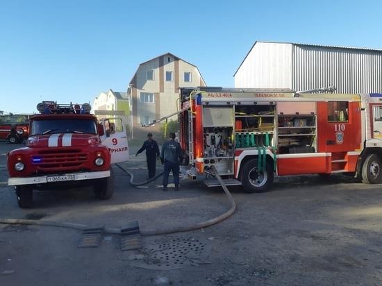 Серьезный пожар случился на мебельной фабрике в Барнауле