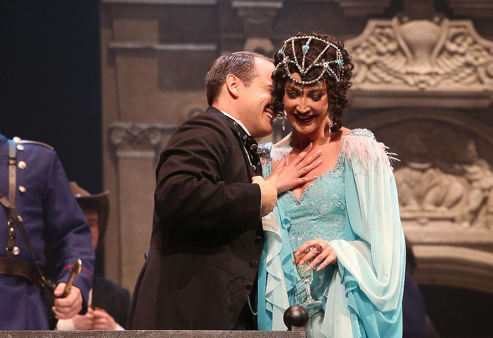 Бузову на сцене МХАТа встретили хохотом: кадры театрального дебюта