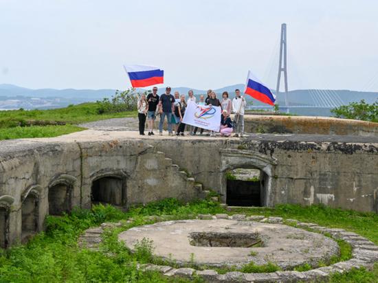 Молодежь Владивостока развернула триколор на Назимовской батарее ко Дню России