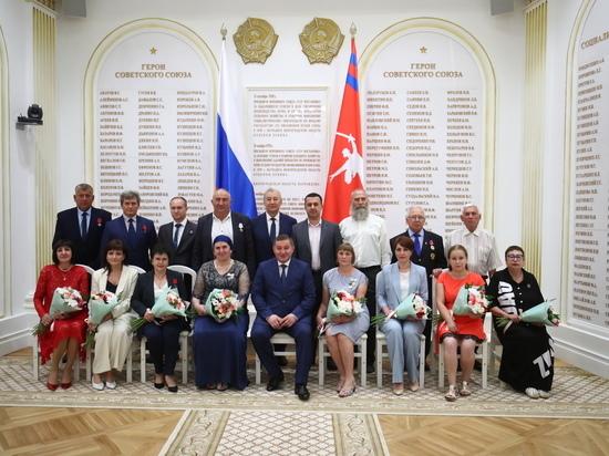 Андрей Бочаров вручил госнаграды отличившимся волгоградцам