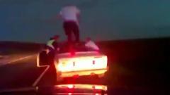"""Полицейские сняли на видеорегистратор погоню со стрельбой за """"Жигули""""-кабриолетом"""