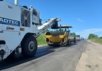Более 60% асфальта уложили  на дороге Дедовичи — Дно — Костыжицы в Дновском районе
