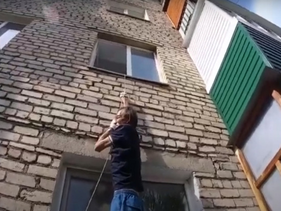 Жителя Башкирии, повисшего на бельевой веревке, спасли пожарные