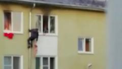 Мужчины вытащили детей из горящей квартиры по водосточной трубе: кадры героев