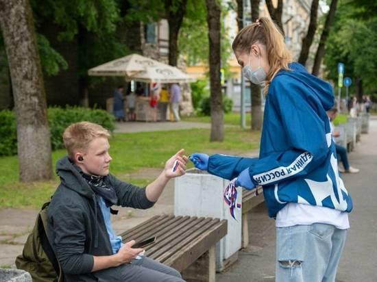 Псковичам раздали ленточки триколор на улицах города