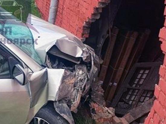 Иномарка пробила стену на ул. 2-ая Брянская в Красноярске