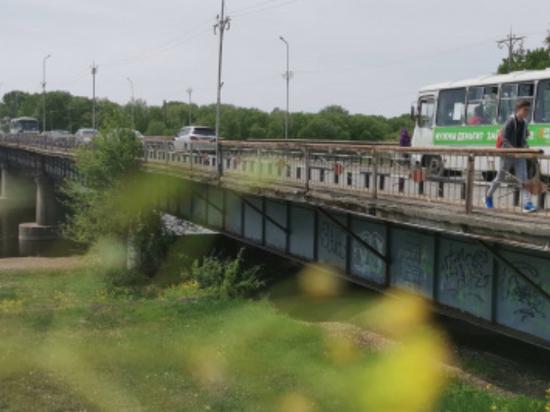 Старый мост в Биробиджане дождался ямочного ремонта