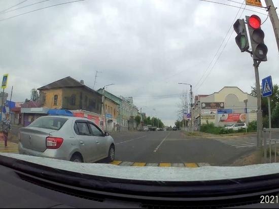 В Кимрах женщина чудом не попала под машину на пешеходном переходе   Видео