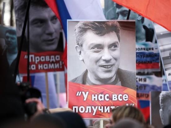 """На доме Немцова появились часы """"День России"""", идущие назад"""
