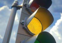 Мусоровоз на Аларчином мосту снес светофор, зацепив провода