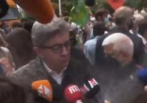 Лидера «левых» во Франции обсыпали мукой на «Марше за свободы»