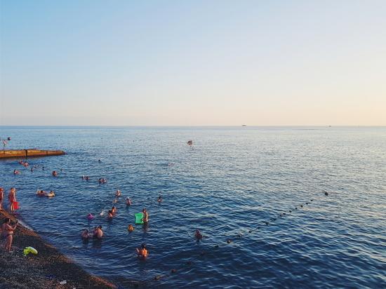 На Черноморском побережье аншлаг: но купальный сезон открывать рано