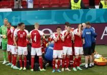 В субботу, 12 июня, во время матча чемпионата Европы между Данией и Финляндией у игрока датчан Кристина Эриксена внезапно остановилось сердце. Реанимационной бригаде пришлось заводить его прямо на поле, и лишь потом они смогли доставить футболиста в госпиталь. Пока медики, отвечавшие за здоровье Эриксена в разные периоды его карьеры, не могут найти причин, по которым могла случиться такая трагедия. «МК-Спорт» собрал их высказывания.