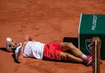 В воскресенье, 13 июня, в финале «Ролан Гаррос» Новак Джокович обыграл Стефаноса Циципаса (6:7, 2:6, 6:3, 6:2, 6:4). Сербу потребовалось пять сетов, чтобы все-таки стать двукратным победителем Открытого чемпионата Франции, и первым теннисистом в Открытой эре, выигравшим, как минимум, два раз на каждом из турниров Большого шлема. «МК-Спорт» рассказывает, чего Новаку стоила эта победа.