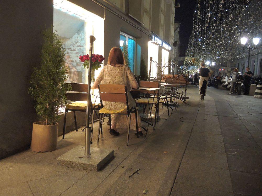 Из-за коронавируса закрыли кафе, москвичи вышли на улицы: фото гуляний