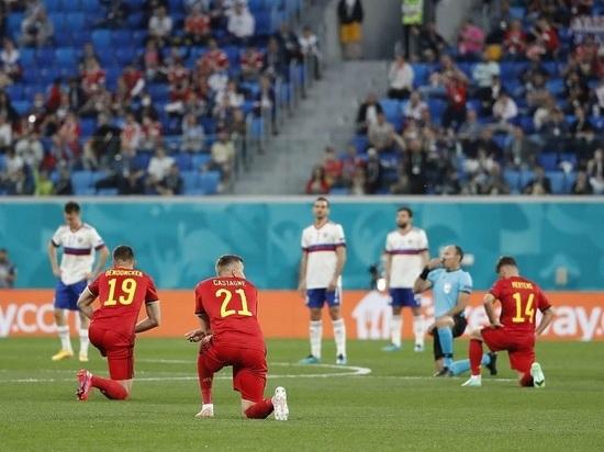 Несмотря на разгромное поражение сборной России от Бельгии на чемпионате Европы по футболу, британские читатели Daily Express выразили восхищение поведением нашей команды, которая не стал преклонять колени пере матчем в знак борьбы с расизмом, отказавшись от традиции, заведенной движением BLM