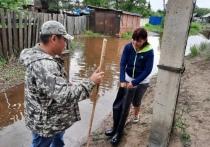 Мэр Кызыла Карим Сагаан-оол отдал свои сапоги пострадавшей от паводка