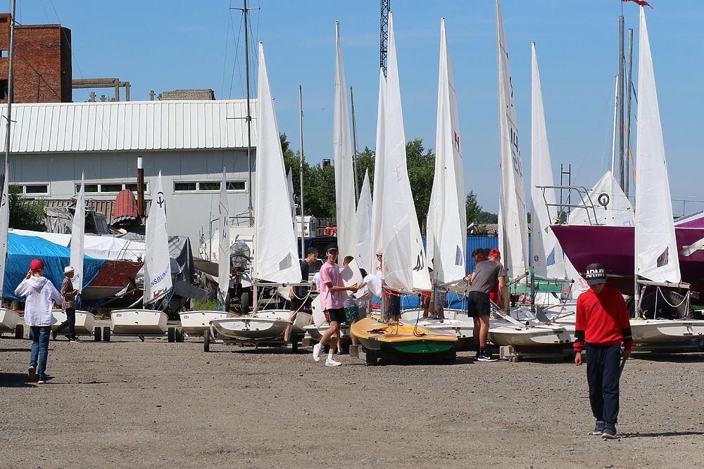 Мальчишки и девчонки приняли участие в первой парусной регате этого сезона в Хабаровске