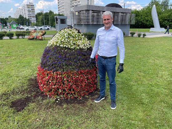 Член ОП РФ Евгений Нифантьев высадил цветы в триколоре в честь Дня России