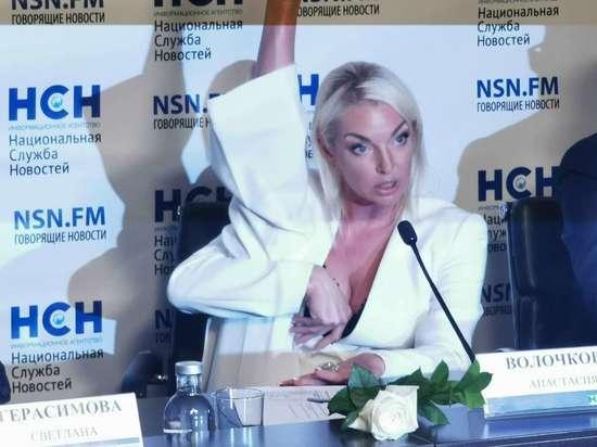 Волочкова во время пресс-конференции продемонстрировала растяжку
