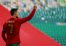 Форвард «Ювентуса» Криштиану Роналду со сборной Португалии во вторник, 15 июня, стартует на чемпионате Европы-2020 матчем против команды Венгрии. Турнир (пятый по счету для португальца) может сделать его недосягаемым рекордсменом в истории чемпионатов Европы. «МК-Спорт» расскажет, какие рекорды Роналду может побить на Евро-2020, и какие уже побил.